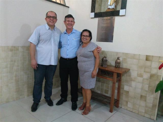 Pe Paulo, Osmar e Fátima próximos ao nicho e placa