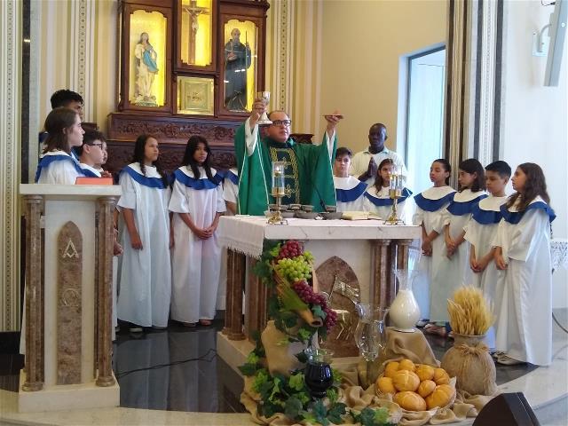 13 jovens receberam a Primeira Eucaristia