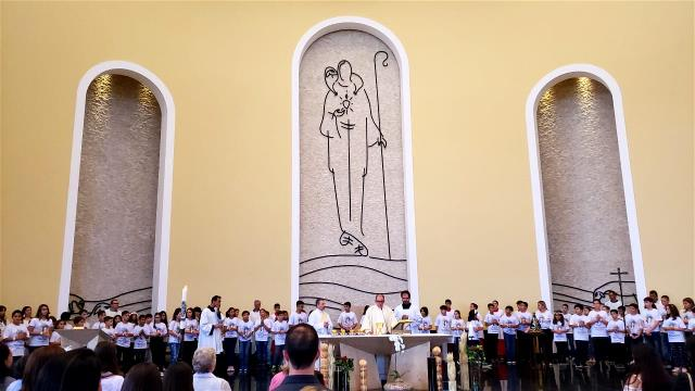 80 jovens receberam a Primeira Eucaristia