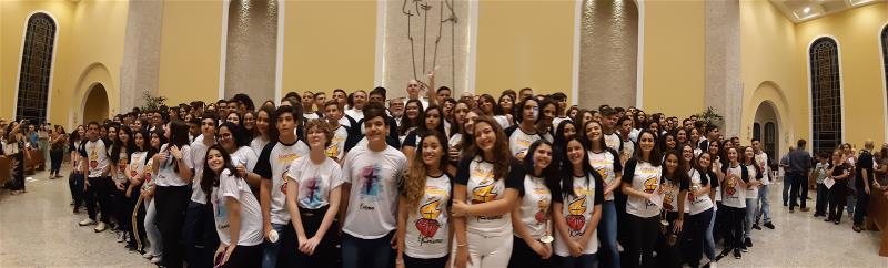 Jovens recebem o Sacramento da Crisma